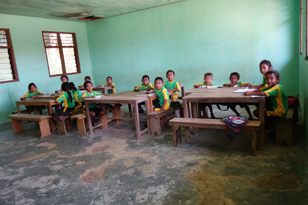 Een schooklas met kinderen in Dalong, Flores