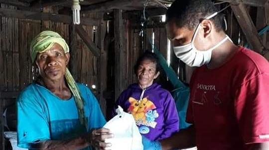 Kasim deelt noodpakketten uit op Flores